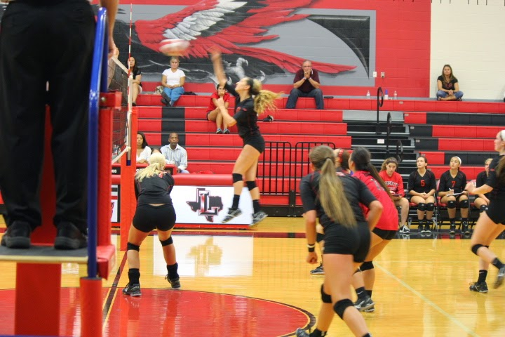 Madison+Elwood+leads+the+varsity+volleyball+team+with+her+strong+play+and+encouraging+attitude.%0APhoto+credit%3A+Janie+Lewis