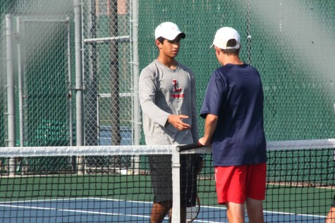 Tennis advances to 3-0 in district