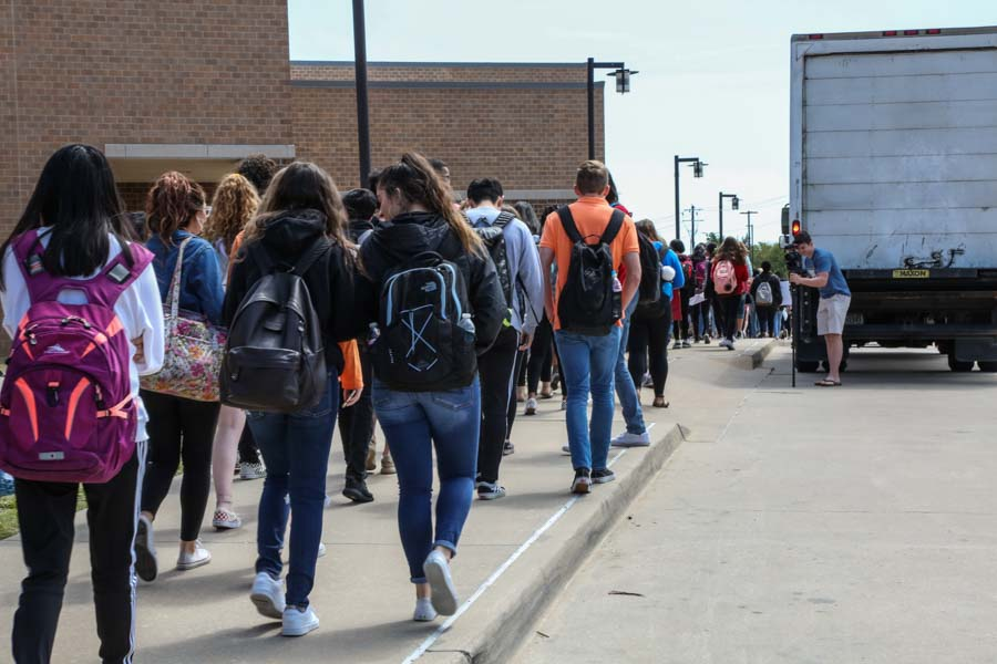At+the+start+of+advisory%2C+droves+of+students+walked+out+towards+the+band+parking+lot.+