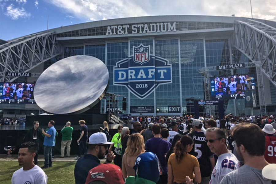 Fans+crowd+around+the+AT%26T+Stadium+at+the+Draft+Experience+featuring+signings+from+NFL+stars%2C+games%2C+and+a+chance+to+watch+the+Draft.