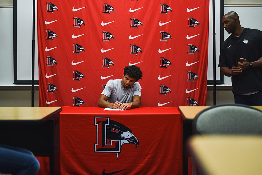 Track+athlete%2C+Christian+Palmer+signing+his+contract+to+USC+at+Charlotte+on+Tuesday+morning.