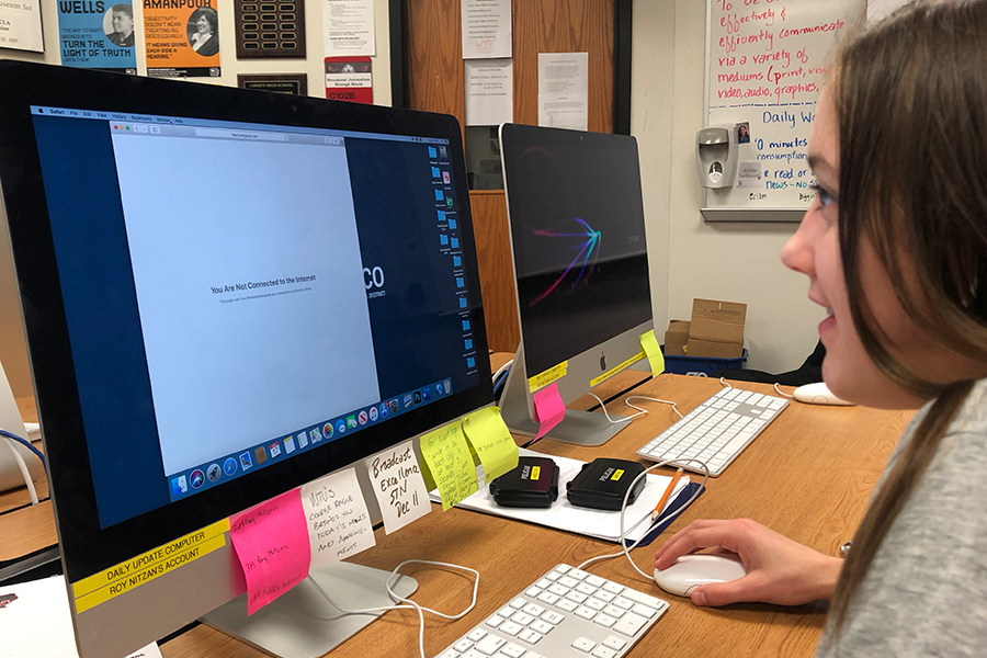Sophomore+Ashley+Anderson+is+met+with+an+error+message+as+she+tries+to+access+internet+in+her+Photojournalism+class.+Wi-Fi+has+been+inconsistent+around+campus+since+Monday+morning.